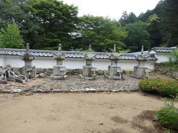 徳源院京極家墓所門中入口横P5260066-P5260078.JPG